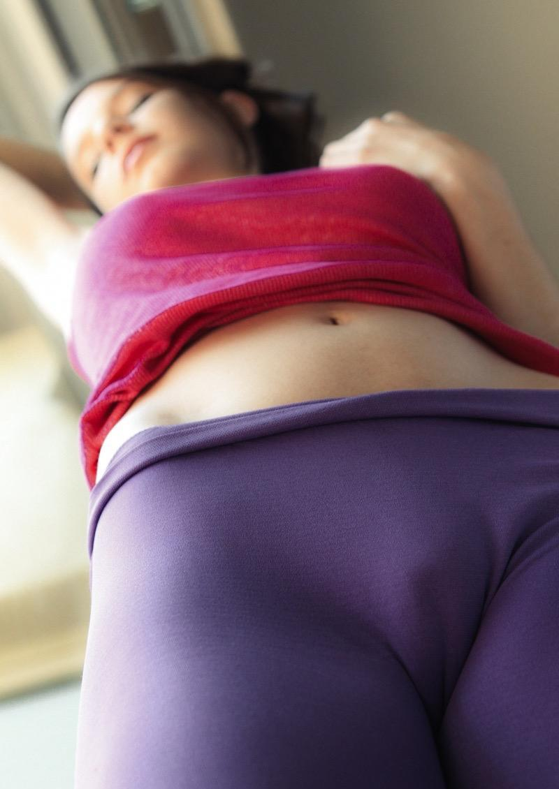 pic of Liliana sleeping in her skintight yoga pants