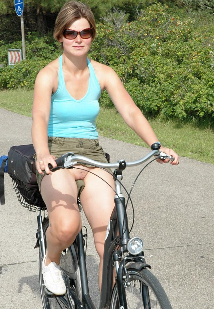 pic of Nicole caught pantyless on a bicycle